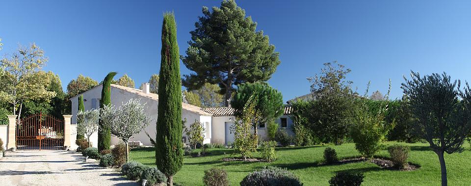 Niché dans un écrin de verdure aux santeurs provençales sous un ciel d'un bleu éclatant